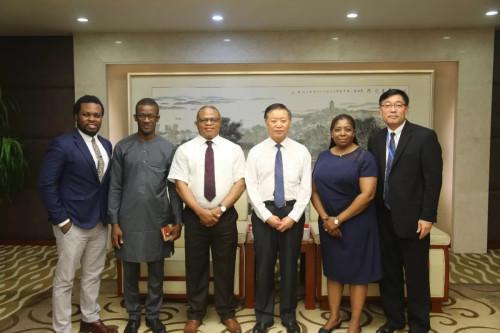 尼日利亚驻上海总领事马杜比克考察隆力奇